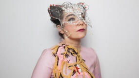 Björk baila raro en el videoclip para 'Blissing Me'