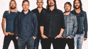 Foo Fighters tocan un mash up de 'Everlong' y una canción navideña de Charlie Brown en el Saturday Night Live