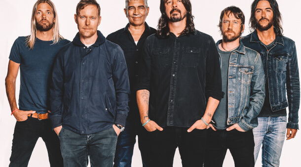 Foo Fighters tocan un mash up de 'Everlong' y una canción navideña de Charlie Brown en el Saturday Night Live
