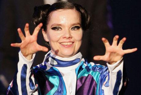 Björk dando miedico