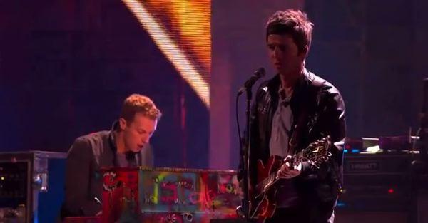 Noel Gallagher y Chris Martin en los Brits 2012