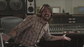 Dave Grohl y sus hijas interpretan 'Sky is a Neighbourhood' y versionan a Adele