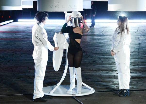 Lady Gaga estrena vestido volador
