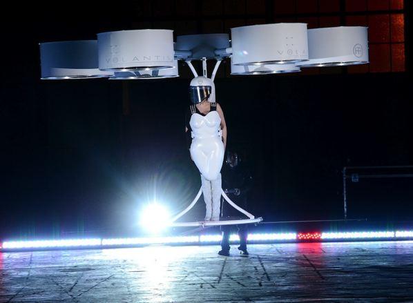 Lady Gaga - Vestido Volador