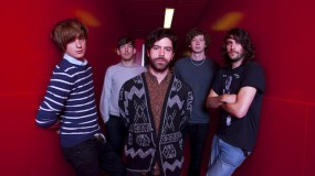 Foals estrenan vídeo 'karaoke' para 'A Knife In The Ocean'