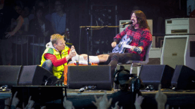 Dave Grohl se rompe la pierna en un concierto en Suecia…pero termina el show en muletas