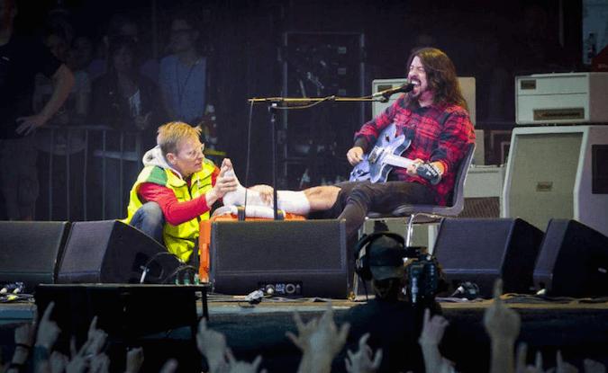 Dave Grohl se rompe la pierna en un concierto en Suecia