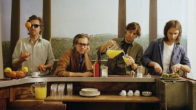 Phoenix rinde homenaje al fotógrafo Helmut Newton en el vídeo de 'Role Model'