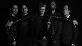 Josh Homme pega una patada a un fotógrafo en un concierto de Queens Of The Stone Age