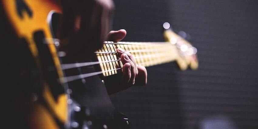 Cómo aprender a tocar el bajo por tu cuenta