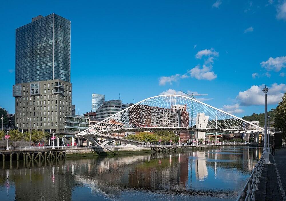 Puente Zubizuri - Qué ver en Bilbao
